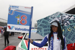 Grid girl of Tiago Monteiro, Castrol Honda World Touring Car Team Honda Civic
