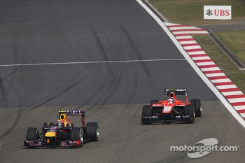 Mark Webber, Red Bull Racing RB9 passes Max Chilton, Marussia F1 Team MR02
