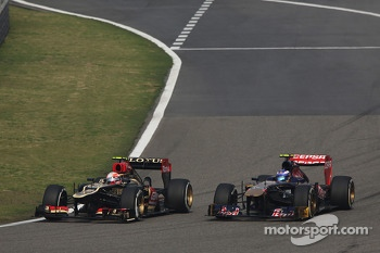 Romain Grosjean, Lotus F1 E21 and Daniel Ricciardo, Scuderia Toro Rosso STR8 battle for position