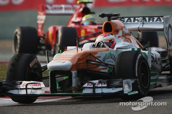 Paul di Resta, Sahara Force India VJM06 leads Felipe Massa, Ferrari F138