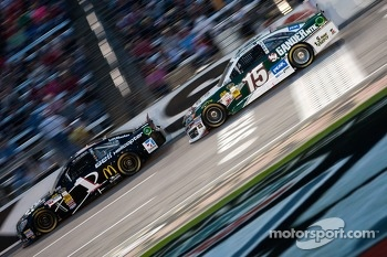 Jamie McMurray, Earnhardt Ganassi Racing Chevrolet and Clint Bowyer, Michael Waltrip Racing Toyota