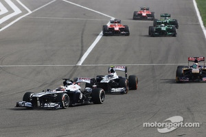 Pastor Maldonado, Williams FW35 leads Valtteri Bottas, Williams FW35