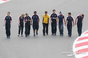 Pastor Maldonado, Williams walks the circuit with the team