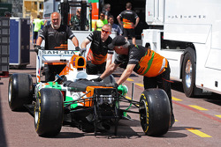 Sahara Force India F1 VJM06 is unloaded