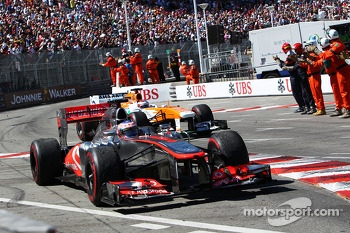 Jenson Button, McLaren MP4-28 and Paul di Resta, Sahara Force India VJM06 at the end of the race