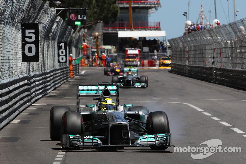 Nico Rosberg, Mercedes AMG F1 W04 locks up under braking