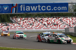 Gabriele Tarquini, Honda Civic, Honda Racing Team J.A.S. leads Tom Chilton, Chevrolet Cruze 1.6 T, RML