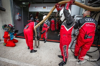 Audi Sport team members after a pit stop