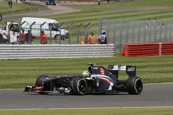 Esteban Gutierrez Sauber C32 damages his front wing