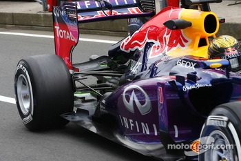 Sebastian Vettel, Red Bull Racing RB9 running flow-vis paint on the rear wing
