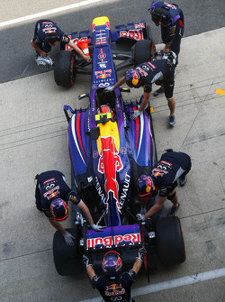 Antonio Felix da Costa, Red Bull Racing RB9 Test Driver pushed back in the pits