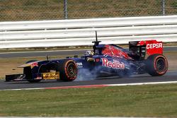 Carlos Sainz Jr., Scuderia Toro Rosso STR8 Test Driver locks up under braking