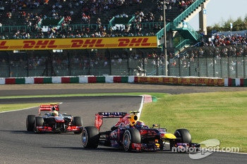 Mark Webber, Red Bull Racing RB9 lesds Sergio Perez, McLaren MP4-28