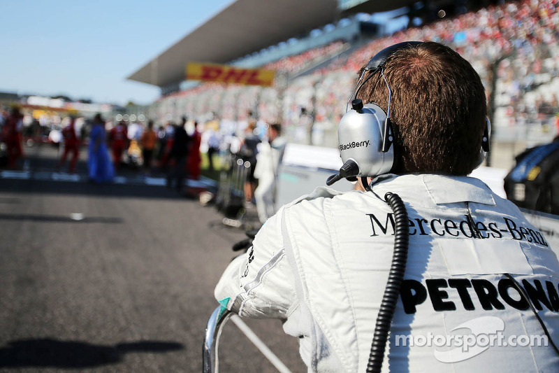 Mercedes AMG F1 mechanic on the grid