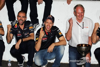 Race winner Sebastian Vettel, Red Bull Racing celebrates with Dr Helmut Marko, Red Bull Motorsport Consultant, and the team