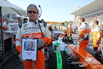 Neil Dickie, Sahara Force India F1 Team on the grid with a tribute to Maria De Villota