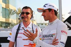 Adrian Sutil, Sahara Force India F1 with Bradley Joyce, Sahara Force India F1 Race Engineer on the grid