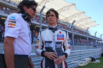(L to R): Francesco Nenci, Sauber Race Engineer with Esteban Gutierrez, Sauber