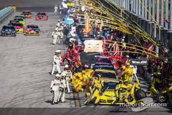 Pit stop for Matt Kenseth, Joe Gibbs Racing Toyota