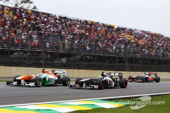 Adrian Sutil, Sahara Force India VJM06 and Esteban Gutierrez, Sauber C32 battle for position