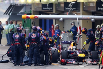 Sebastian Vettel, Red Bull Racing RB9 and Mark Webber, Red Bull Racing pit stop