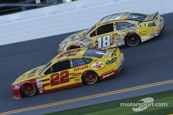 Kyle Busch, Joe Gibbs Racing Toyota and Joey Logano, Team Penske Ford