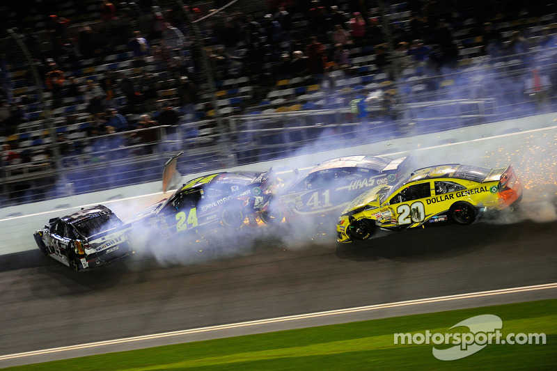 Trouble for Matt Kenseth, Joe Gibbs Racing Toyota, Kurt Busch, Stewart-Haas Racing Chevrolet, Tony Stewart, Stewart-Haas Racing Chevrolet, Jeff Gordon, Hendrick Motorsports Chevrolet