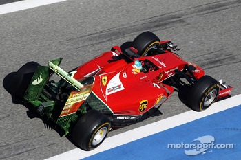 Fernando Alonso, Ferrari F14-T running flow-vis paint on the rear wing