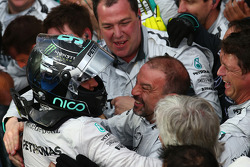 1st place Nico Rosberg, Mercedes celebrates with the team