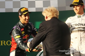 Second placed Daniel Ricciardo, Red Bull Racing receives his trophy from Ron Walker, Chairman of the Australian GP Corporation on the podium