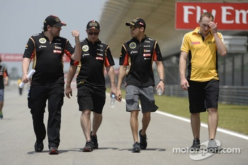 Pastor Maldonado, Lotus F1 Team walks the circuit