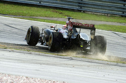 Pastor Maldonado, Lotus F1 E21 spins at the start of the race
