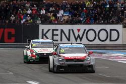 Sébastien Loeb, Citroën C-Elysee WTCC, Citroën Total WTCC leads Gabriele Tarquini, Honda Civic WTCC, Castrol Honda WTCC Team