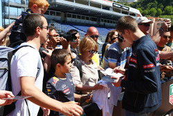 Daniil Kvyat, Scuderia Toro Rosso signs autographs for the fans