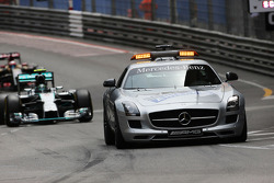 Nico Rosberg, Mercedes AMG F1 W05 leads nehind the FIA Safety Car