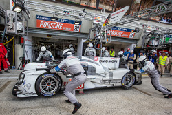 #20 Porsche Team Porsche 919 Hybrid: Timo Bernhard, Mark Webber, Brendon Hartley arrives in the pits with mechanical problems