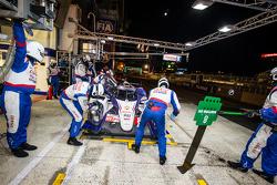 Pit stop for #8 Toyota Racing Toyota TS 040 - Hybrid: Anthony Davidson, Nicolas Lapierre, Sébastien Buemi