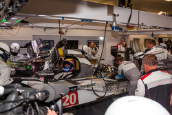 Trouble for the #20 Porsche Team Porsche 919 Hybrid: Timo Bernhard, Mark Webber, Brendon Hartley
