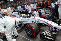 Pole sitter Felipe Massa, Williams FW36 arrives on the grid