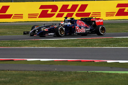 Jean-Eric Vergne, Scuderia Toro Rosso STR9 and Adrian Sutil, Sauber C33 battle for position