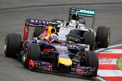 F1: Daniel Ricciardo, Red Bull Racing RB10 leads Lewis Hamilton, Mercedes AMG F1 W05