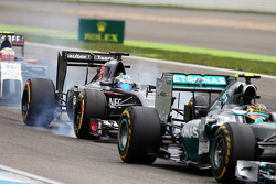 Nico Rosberg, Mercedes AMG F1 W05 leads Adrian Sutil, Sauber C33, who locks up under braking