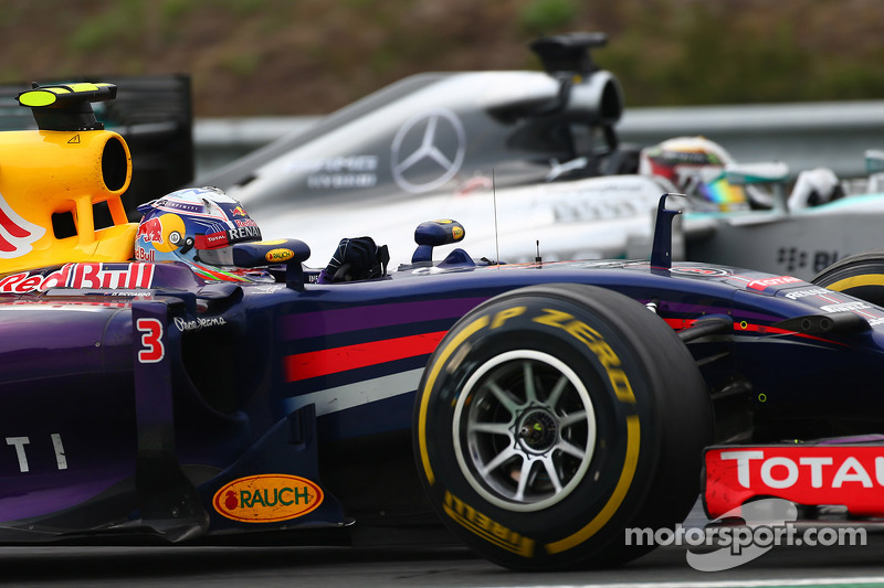 Daniel Ricciardo, Red Bull Racing RB10 and Lewis Hamilton, Mercedes AMG F1 W05