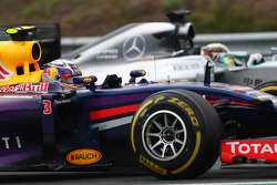 F1: Daniel Ricciardo, Red Bull Racing RB10 and Lewis Hamilton, Mercedes AMG F1 W05