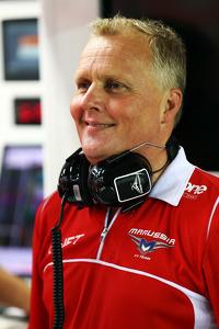 Johnny Herbert, Sky Sports F1 Presenter joins the Marussia F1 Team mechanics