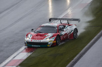 #51 AF Corse Ferrari 458 Italia: Filipe Barreiros, Peter Mann, Francisco Guedes spins out of control