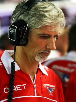 Damon Hill, Sky Sports Presenter joins the Marussia F1 Team mechanics