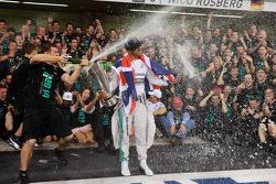 Rennsieger und Weltmeister Lewis Hamilton, Mercedes AMG F1, feiert mit seinem Team
