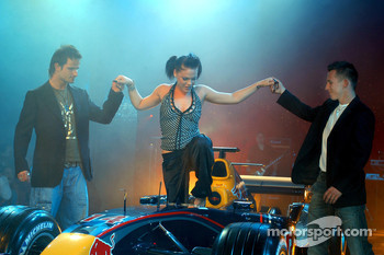 Red Bull Racing launch party: Vitantonio Liuzzi and Christian Klien help pop singer Pink out of the Reb Bull RB1