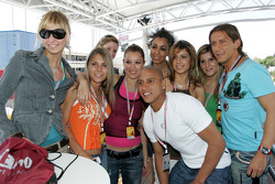 Roberto Carlos with Formula Unas girls